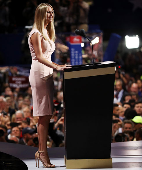 """איוונקה טראמפ בנעליים מדגם נודיסט הפופולארי של ויצמן. """"היא מנסה להתלבש אלגנטי, כדי שיתייחסו אליה כאל אדם רציני"""" (צילום: Gettyimages)"""
