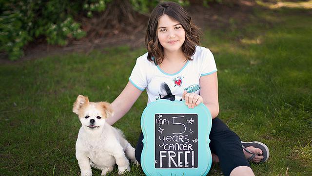 אמילי וויטהאד. הילדה הראשונה שהתנסתה בטיפול והחלימה לחלוטין מלוקמיה (צילום: קארי וויטהאד) (קארי וויטהאד)