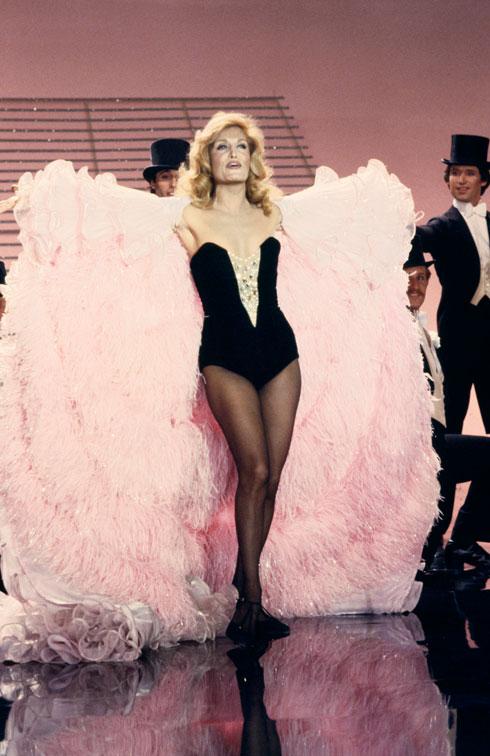 מלתחה שזהרה מעל לכל כוכבת במעמדה. דלידה, 1980 (צילום: © Keystone-France/Gamma-Rapho Dalida à Bobino, 1958 © Studio Lipnitzki/Roger-Viollet)