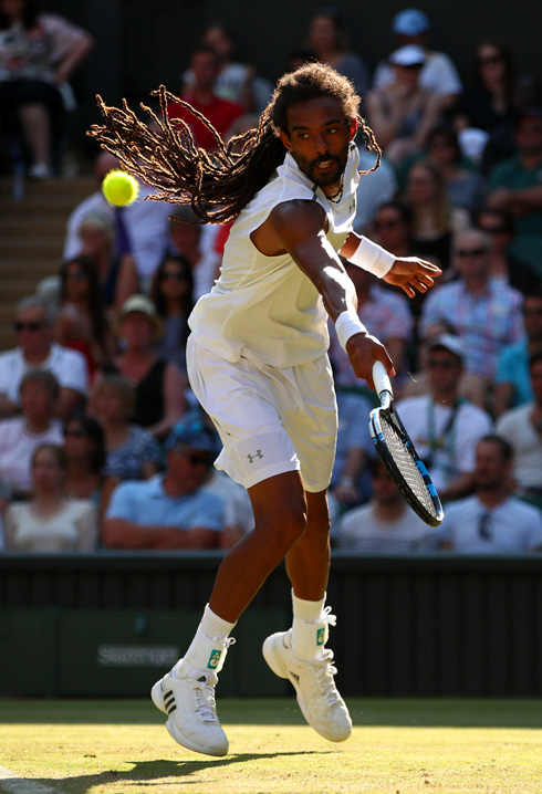 בניגוד לטניסאים גברים אחרים, רובם בעלי שיער קצוץ ומסודר, שיערו של דסטין בראון מתנועע על רקע הדשא הירוק בכל מסירה (צילום: Gettyimages)