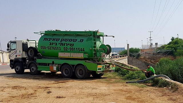 Sewage pumping trucks trying to drain wastewater (Photo: Roee Idan)