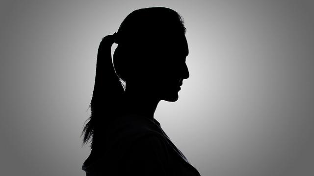 """""""המחקר מצא כי נשים נשפטות לחומרה רבה יותר מגברים"""" (צילום: Shutterstock)"""
