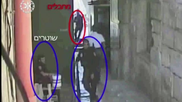 המחבלים יוצאים בריצה ממתחם הר הבית. מתוך הסרטון (צילום: דוברות המשטרה) (צילום: דוברות המשטרה)