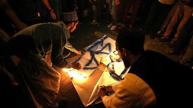 בטורקיה שרפו דגלי ישראל בתגובה לסגירת מתחם הר הבית (צילום: EPA) (צילום: EPA)
