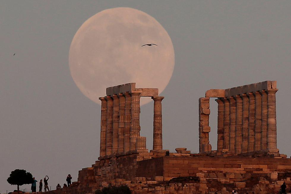 ירח מלא ברקע בית המקדש של אל הים פוסידון, כף סוניו ביוון (צילום: רויטרס)