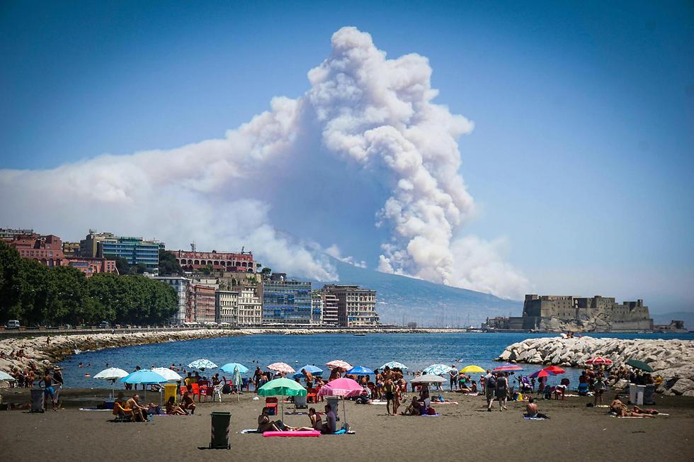 מול החוף של נאפולי: שריפה בהר הגעש וזוב בדרום איטליה (צילום: AP)