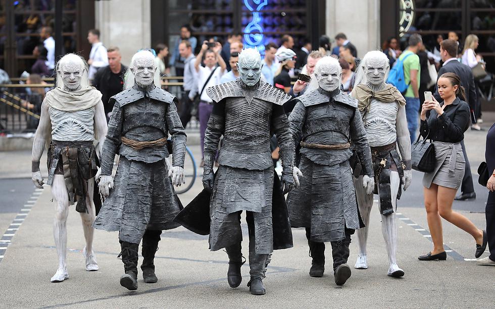 """לקראת העונה החדשה של """"משחקי הכס"""": המהלכים הלבנים צועדים בכיכר אוקספורד, לונדון (צילום: gettyimages)"""