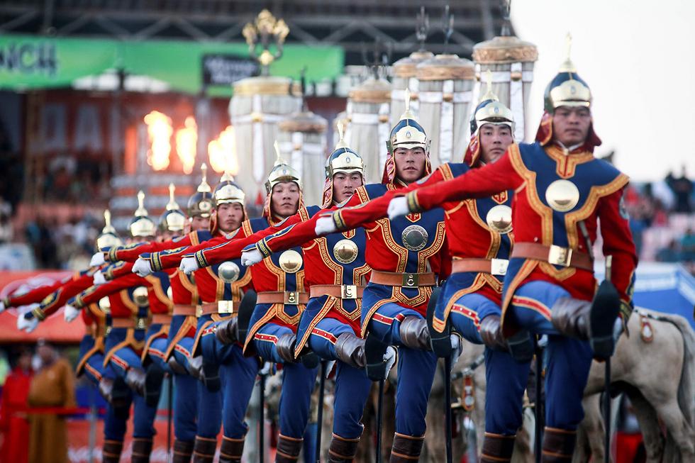 חיילים בפטסיבל נאדאם באולן בטור, מונגוליה. הפסטיבל מתקיים כבר מאות שנים ומושך אלפי תיירים (צילום: AFP)