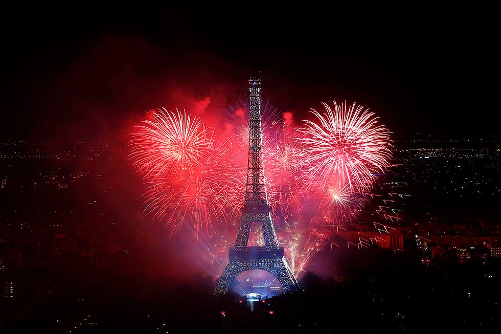 לב של זיקוקים. חגיגות יום הבסטיליה במגדל אייפל בפריז (צילום: AFP)
