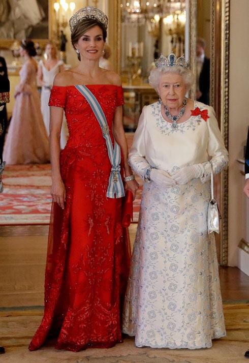 קושרות כתרים: לטיסיה מלכת ספרד ואליזבת מלכת אנגליה (צילום: Gettyimages)