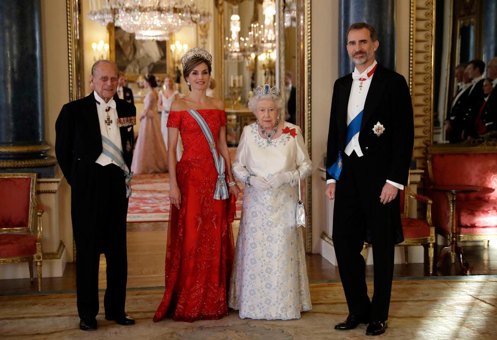 בארוחת ערב בארמון בקינגהם מחברת לטיסיה בין האומה הספרדית לבריטית באמצעות שמלת ערב של בית האופנה הספרדי לואווה, בעיצובו של הבריטי ג'ונתן אנדרסון (צילום: Gettyimages)