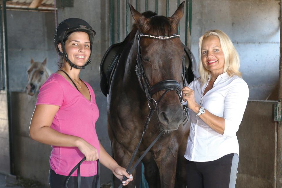 """ריקי רוטשילד־בכר (מימין) ובתה מאיה.  """"""""הייתי מתחננת לאמא שתמשיך לרכוב. כשהצלחתי לגרום לה לחזור לסוסים הרגשתי כאילו עשיתי עוד וי בתוך החיים השחורים האלה שיש לנו מאז שאיתי מת"""" (צילום: צביקה טישלר)"""