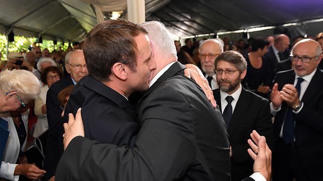 """נתניהו ומקרון בטקס בפריז (צילום: חיים צח, לע""""מ)"""
