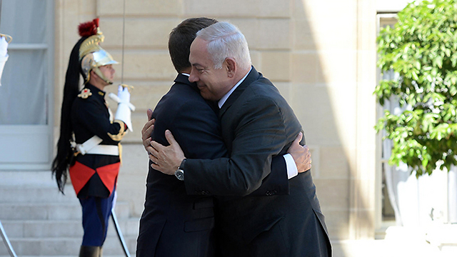 Macron welcomes Netanyahu as he arrives in Paris (Photo: Haim Tzah, GPO)