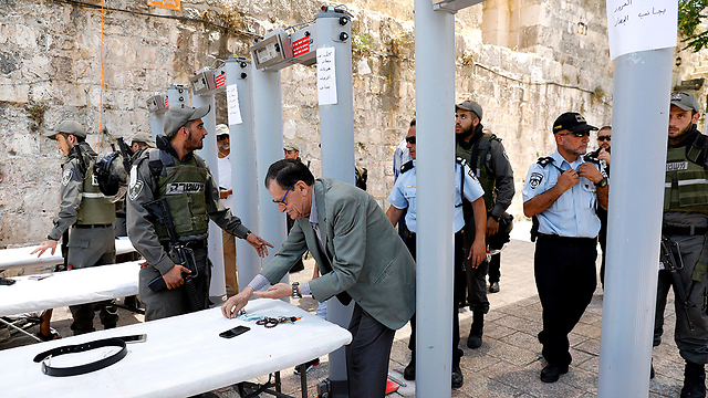 Border Police examine visitors to the Temple Mount entering through the Lions' Gate (Photo: EPA)