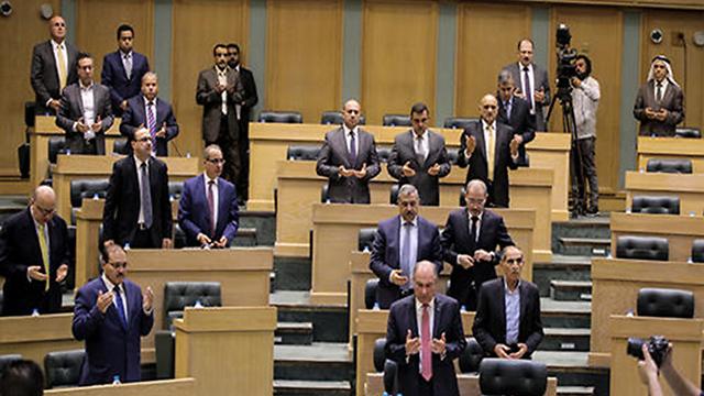 """חברי הפרלמנט הירדני עמדו בשבוע שעבר לזכר המחבלים: """"הם שהידים"""" ()"""