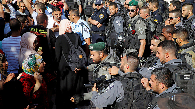Palestinian protestors face off Border Police at the Temple Mount(Photo: REuters)