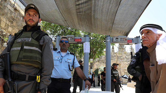 Security forces outside the Temple Mount. In a theoretical word, we don't need anyone's approval to make a decision. We are the sovereign power. In the real world, we decide nothing (Photo: Reuters)