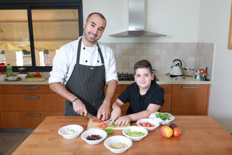השף דניאל רחמים והילד עומר מבשלים ביחד (צילום: דנה קופל)