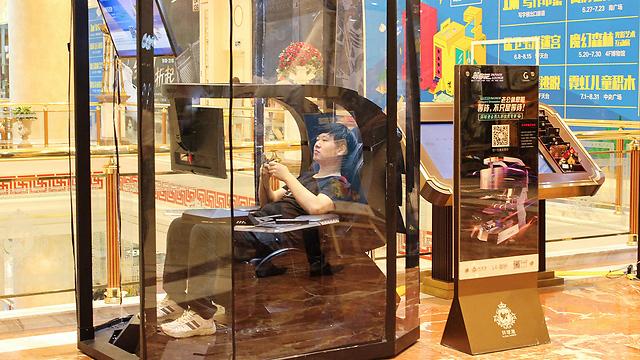 האישה בשופינג, הבעל עם משחקי וידאו בתא המנוחה המיוחד (צילום: AFP)