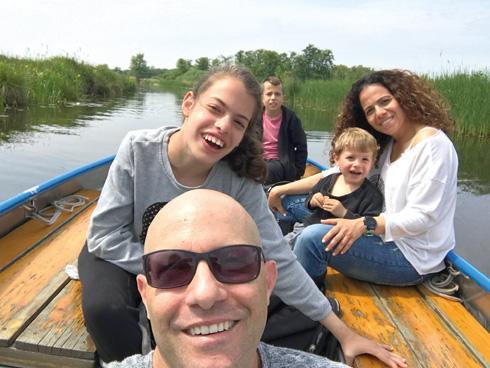 """""""חזרנו מטיול בהולנד בלי טלפונים והיינו ברקיע השביעי. הילדים היו מאושרים לקבל את אמא נטו שבוע שלם"""" (צילום: אלבום פרטי)"""