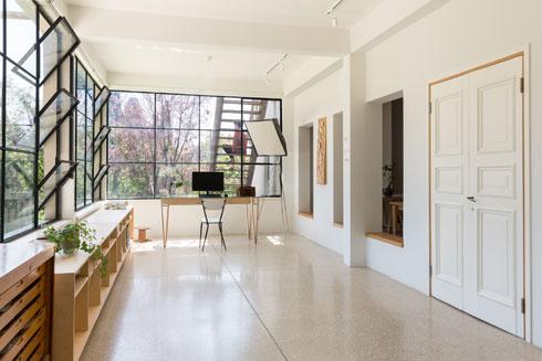 """הסטודיו, בחלקו הקדמי של הבית. """"החלטנו שאם אנחנו עוברים לנהלל"""", אומר כהן, """"אז אנחנו רוצים לעבוד מהבית"""" (צילום: דור נבו)"""