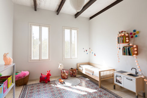 בחדר הילדים רחב הידיים השתמרו המרצפות המצוירות. את קורות התקרה שיפצו בני הזוג בעצמם (צילום: דור נבו)