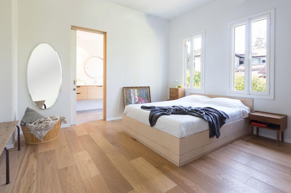 רצפת חדר השינה בפרקט בהיר. את המיטה בנה כהן בעצמו, שבנוסף להיותו אדריכל השלים גם תואר בעיצוב תעשייתי (צילום: דור נבו)