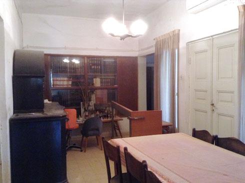 צילום ישן של בית הרב: שולחן האוכל המשפחתי ניצב באותו מקום גם בבית המשופץ (צילום: סטודיו 826)