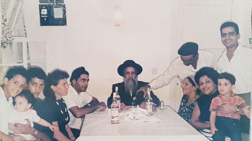 """סבא זכריה כהן (במרכז) מוקף בבני משפחתו. """"הוא היה המזרחי היחידי בין מקימי נהלל"""", מספר נכדו, """"ולא הופנתה כלפיו גזענות"""" (צילום: ארכיון משפחתי)"""