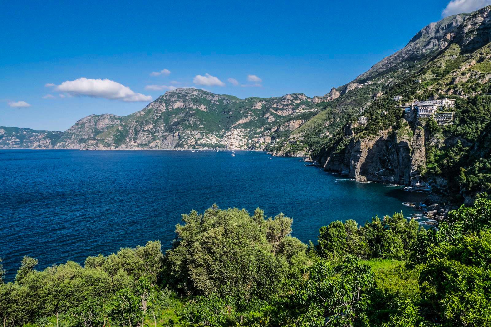 ים כחול בוהק לצד הרים ירוקים, אמלפי (צילום: ליאור קורן)
