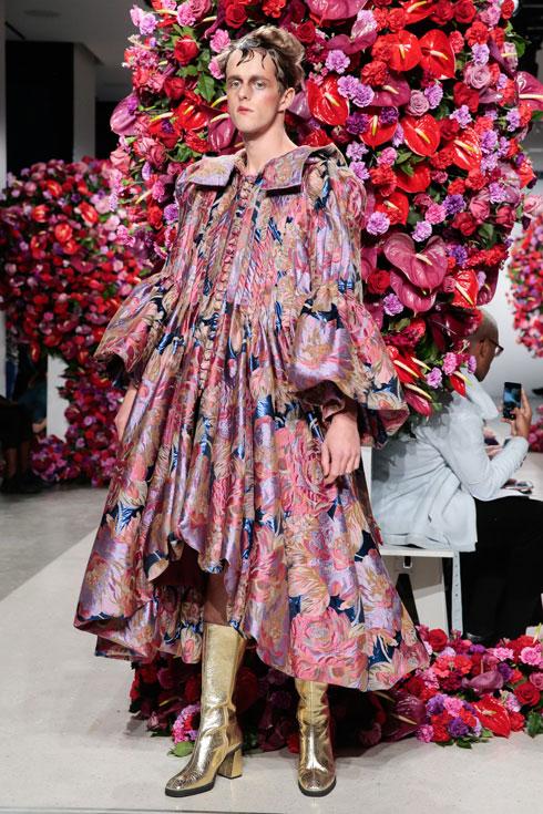 ברור שעל ביונסה זה יותר יפה. שמלה מתוך הקולקציה של אלחנדרו גומז פלומו, מעצב הגברים שאחראי על שמלת הפרחים שלבשה ביונסה לצילום חשיפת התאומים שהסעיר את העולם (צילום: Gettyimages)