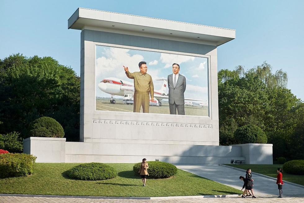 מנהיג צפון קוריאה המנוח, קים ג'ונג-איל, לצד מטוס החברה (צילום: Arthur Mebius) (צילום: Arthur Mebius)