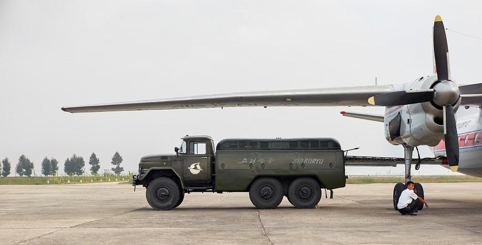 רכב ביטחון של אייר קוריו ליד אחד ממטוסי החברה (צילום: Arthur Mebius) (צילום: Arthur Mebius)