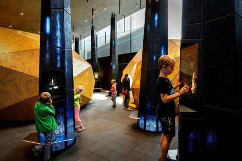 עיצוב התערוכות מכניס צבע ומרקם אופטימיים יותר. כאן, התערוכה על אבני הענבר המאפיינות את האזור (צילום: mike blink, v2com)