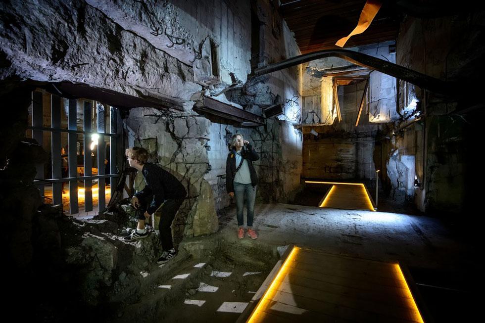 מעבר בזמן: כאן פוסעים המבקרים מהמוזיאון החדש אל הבונקר האפלולי, שנחפר בעמל בידי עובדי כפייה (צילום: mike blink, v2com)