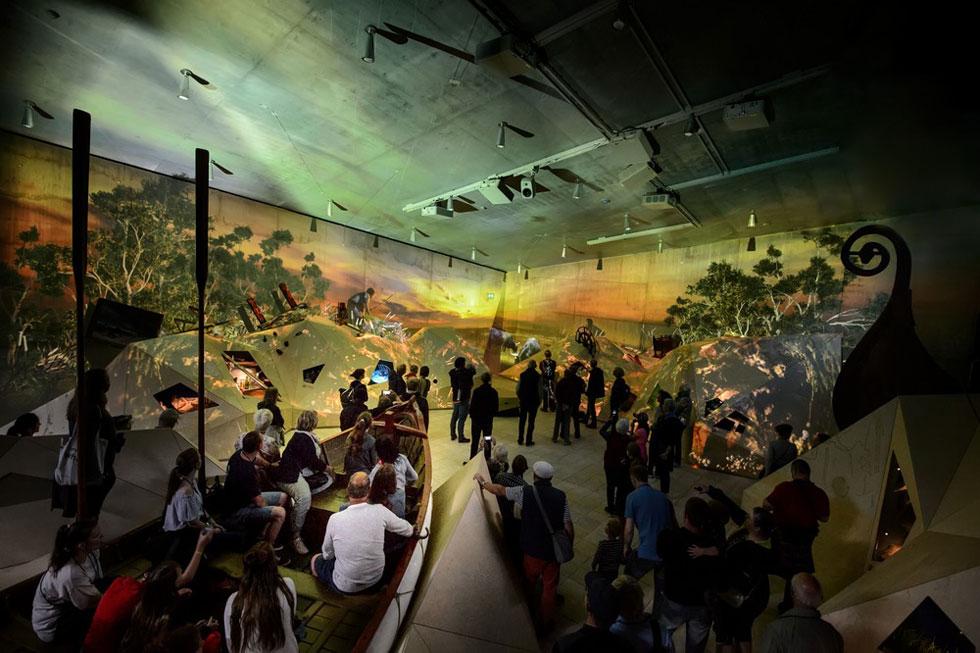 ספינה נטושה בדיונות החול. חלק מהתצוגה במוזיאון החדש (צילום: mike blink, v2com)