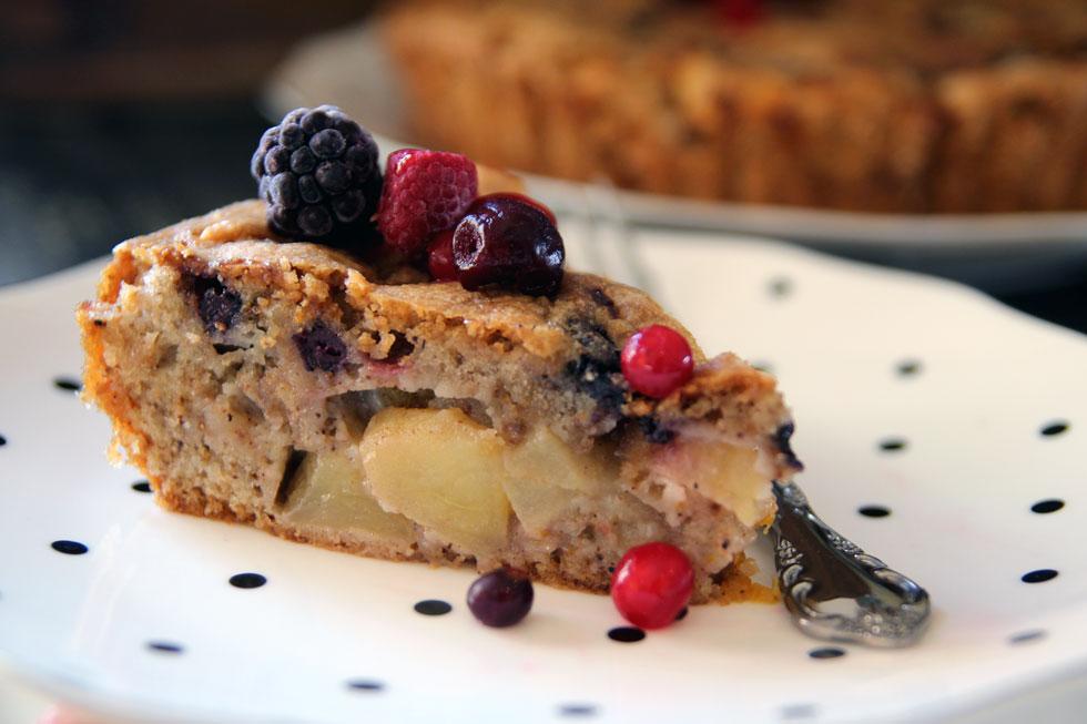 עוגת תפוחים קלה עם פירות יער (צילום: דפנה אוסטר מיכאל)