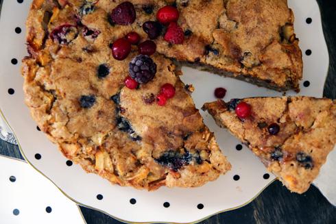 עוגת תפוחים קלה עם פירות יער - מראה ממעוף האופה (צילום: דפנה אוסטר מיכאל)