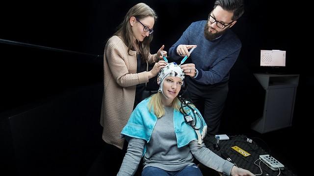 וזו קסדת EEG - ממש לא נעים להכיר