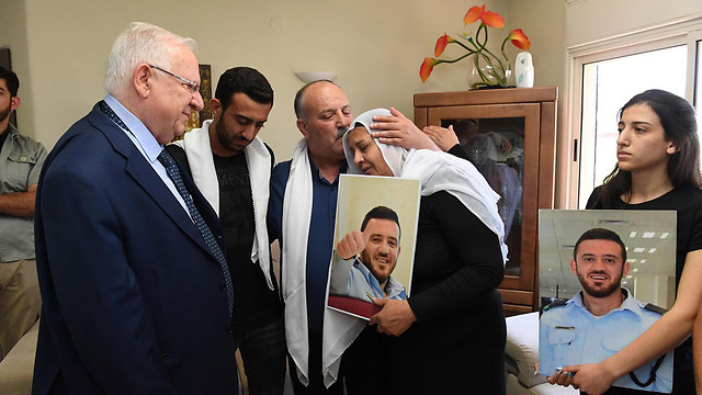 Pres. Rivlin paying his condolences to the Shnaan family (Photo: Mark Neiman, GPO)