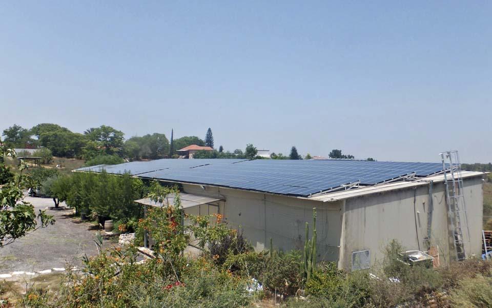 На крыше винодельни установлены солнечные батареи для получения экологически чистой энергии