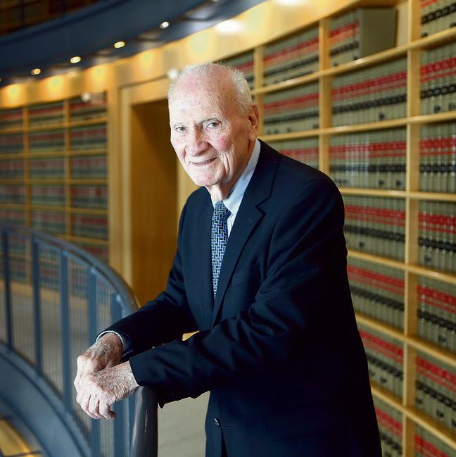 """שמגר בספריית בית המשפט העליון. """"כשאני רואה מה שקורה במדינה, אני אומר לעצמי, 'אם הייתי צעיר ב־ 20 שנה, הייתי עושה מעשה: הולך לתפקיד של מנהיגות'"""""""