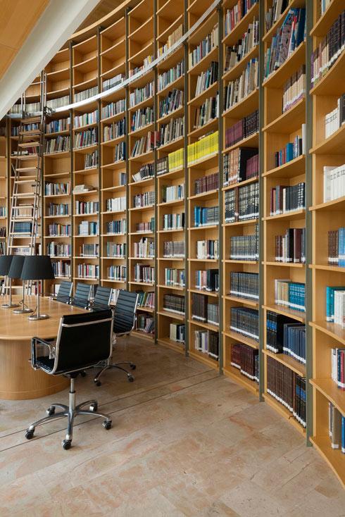 הספרייה מתנשאת לגובה שתי קומות (צילום: גדעון לוין)