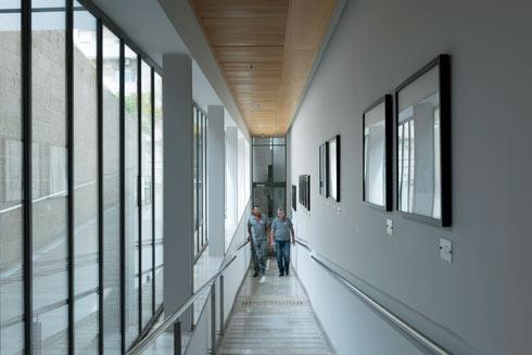 כל אגפי הבניין פונים אל החצר הפנימית (צילום: גדעון לוין)