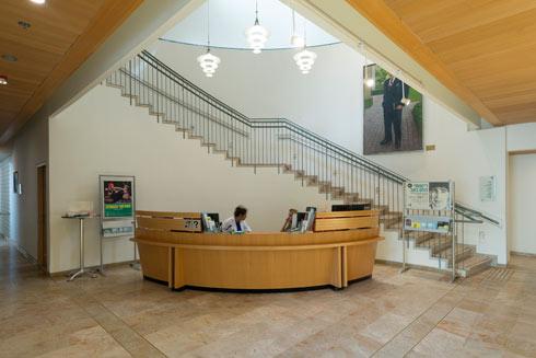 מבואת הכניסה אל הבית. כל הריהוט, למעט פריטים בודדים, עוצב במשרדה של אדריכלית כרמי-מלמד (צילום: גדעון לוין)