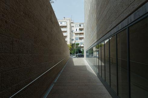 השביל המשופע המוביל אל הכניסה לבית. המתכננים רצו ליצור הפרדה בין סאון העיר למרחב השקט (צילום: גדעון לוין)