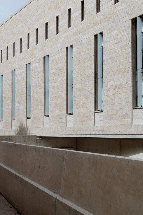 הזכוכית ככוח מאזן לאופי הכבד שיוצרות מסות האבן הצפופות (צילום: גדעון לוין)