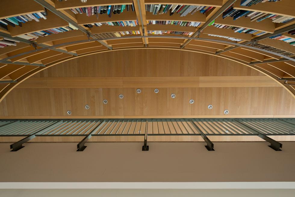 """הספרייה הגדולה, כמו פרטים אחרים בבניין, מתוכננת ומבוצעת בקפדנות מרשימה. """"היום הכל מיובא מחו""""ל"""", מתאוננת כרמי-מלמד, """"במדינות הכי עניות באירופה יש אדריכלות מקומית שיורדת לפרטים, אבל כאן אין יותר אומנות ואדריכל כבר לא קשור לבעלי המקצוע"""" (צילום: גדעון לוין)"""