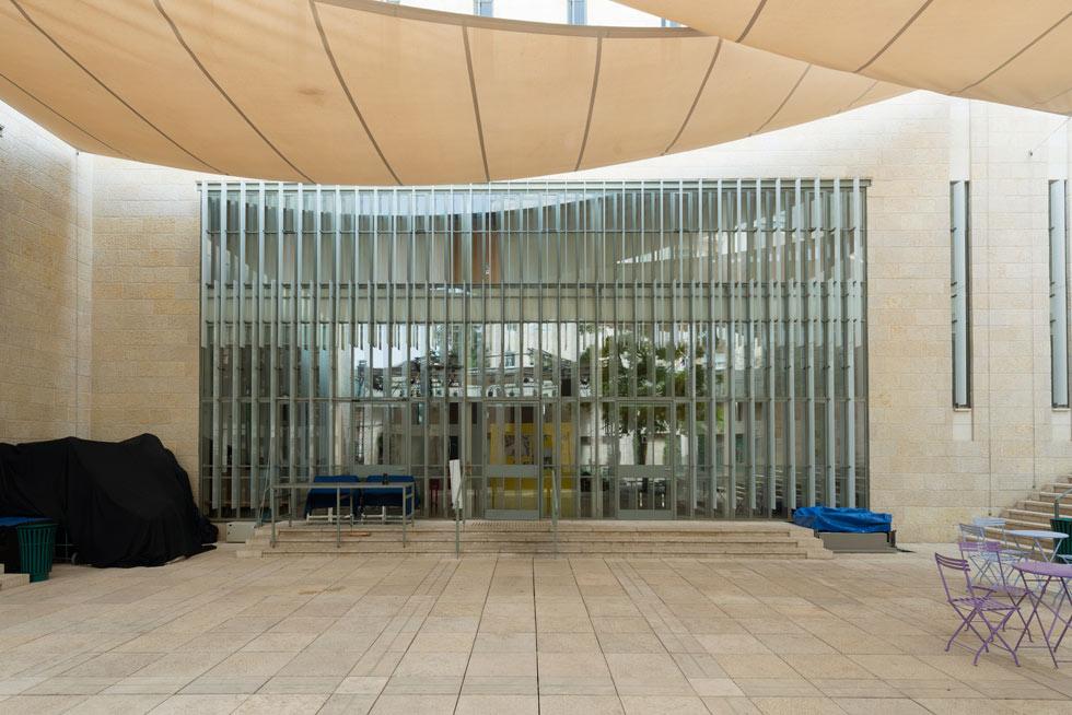 """החצר הפנימית המרוצפת שאליה פונים כל אגפי הבניין. """"מלכתחילה ידענו שיתקיימו פה פעילויות רבות, יהיו שטחים חיצוניים מאוד שמישים, ויהיו חללים ציבוריים שנפתחים החוצה, כך שהפעילות תוכל לנזול החוצה וההיפך""""  (צילום: גדעון לוין)"""